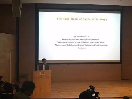 韩国著名批评家、策展人、艺术史崔泰晚发言